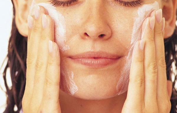 применение пенки для умывания увлажнит нежную кожу