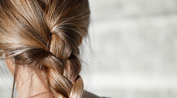 стягивание волос может спровоцировать выпадение
